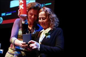 Directeur Linda Bouws ontvangt de oorkonde voor 225 jaar onafhankelijk denken namens het gemeentebestuur uit handen van wethouder Gehrels, tijdens het jubileum van Felix in 2013 (foto: Rebke Klokke).