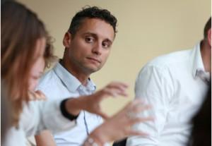 """Farid Tabarki, zeer actief Amsterdams lid van de Strategy Group van """"A Soul for Europe"""" in debat in Felix (foto: Rebke Klokke)."""