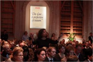 4437_ Sprekers en publiek in gesprek bij de Nacht van de Rechtsstaat in 2012. Foto © Rebke Klokke_web